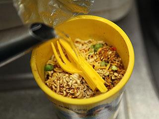 お湯を掛けてカレー粉を流す。