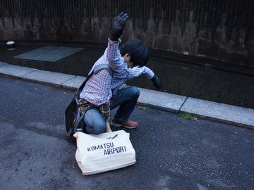 地面の荷物を取ろうとすると、三脚巴みたいになる。(参考→wikipedia:三脚巴)