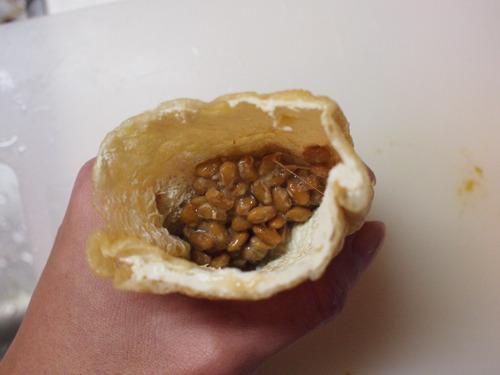 たぶん日本に詳しくない外国人がこの「揚げ納豆」を見ても、おなじ素材でできているとは夢にも思わないだろう