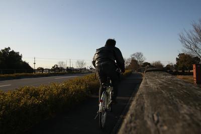 向かい風が吹く中、自転車で全力ダッシュ