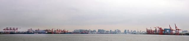 これは東京港の入り口。青海と大井の間。こうやって沖から眺めると、左右にキリンの群れが待ち構えている構図だ。大サバンナだ。