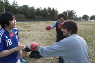 まず、2人のパンチ力をチェックしボクサーを決める