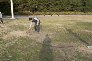 ゴールの手前10mに土俵を書きます