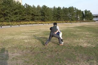 足腰をふんばりながら利き足にボールを移動