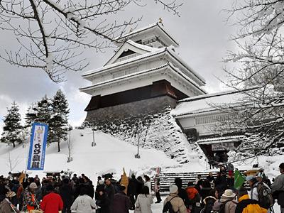 雪の上山城がかっこいい。寛永の頃には、毎年殿様の前でカセ鳥を披露したそうです。