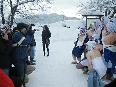 妙にハイテンションで写真を撮られている、これからカセ鳥になる人達。