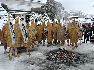 神様とはいえやっぱり寒いので、火に集まってしまうカセ鳥達。