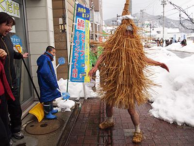 カセ鳥アタック(ケンダイの水を飛ばす攻撃)は、やってみると自分の顔に藁が当たるもろ刃の剣だった。