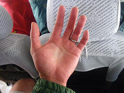 車での移動中、指ってここまで動かなくなるものなんだと感動。