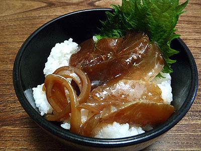 マグロとカンパチとイカの漬けを乗せた漬け丼。酢飯とは違う旨さ。