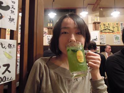 見た目のどぎつさに反して飲みやすい。最後に小松菜の後味が残るのもさわやか!