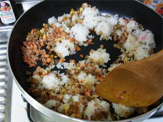 中火にして固い米をほぐす