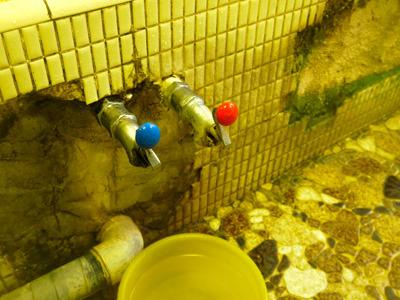 洗い場には当然シャワーなどなく、それぞれお熱湯と冷水しか出ない蛇口が。両方とも極端な温度なんで調節が難しいの