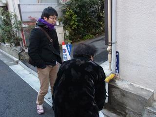 住人のおばちゃんと一緒に街区表示板を鑑賞