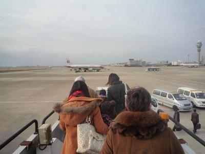 タラップを下りてバス移動。空港で地平線が見える風。