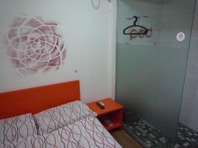 宿に到着。壁は血痕ではなくてたぶんデザイン。