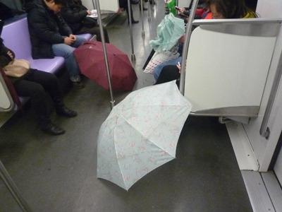 電車の中で傘を乾かす。