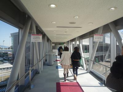 ボーディングブリッジに左右で日本人・外国人に分かれる表記が。