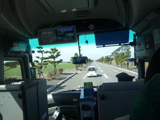 空港からのバス、最前列に座る。