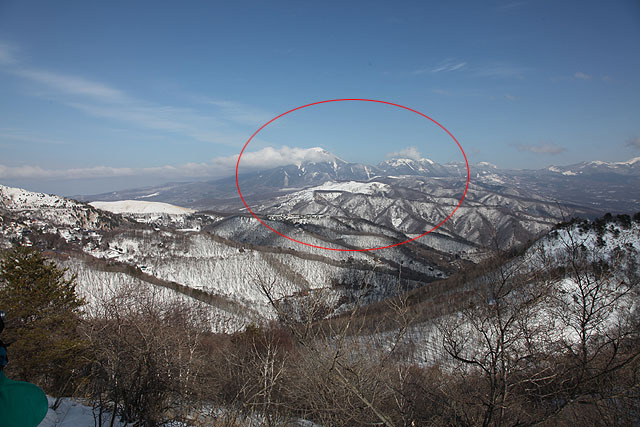 上の例の場合、一度に見える範囲は赤い線で囲ったくらい。モニターから離れればもっと広い範囲が見えます。