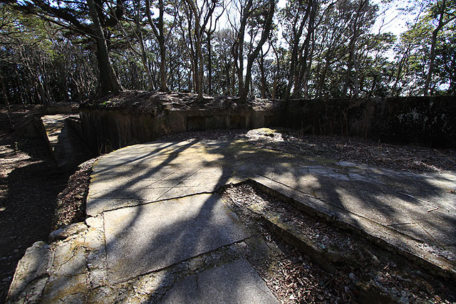 砲座部分。周囲の壁には棚のような凹みが幾つもある。砲弾などを置いたそうだ。