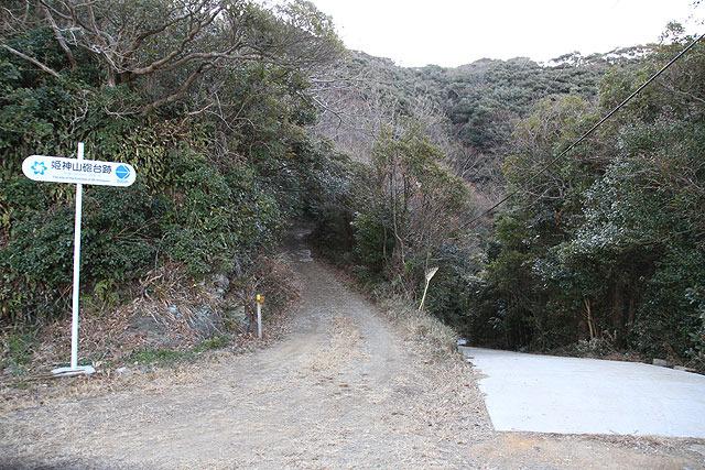 道はまだ続くがここに車を置いて、ここからは歩いて頂上を目指した。看板には砲台跡まで500mとあった。