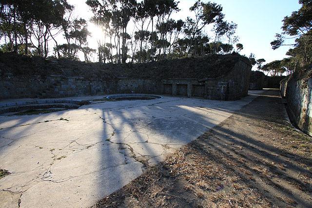 砲座跡。明治33年竣工。3つの砲座があり、計6門の28cm榴弾砲が備えられていた。