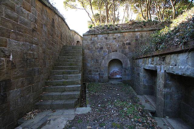 両端に階段があり、上に行ける。