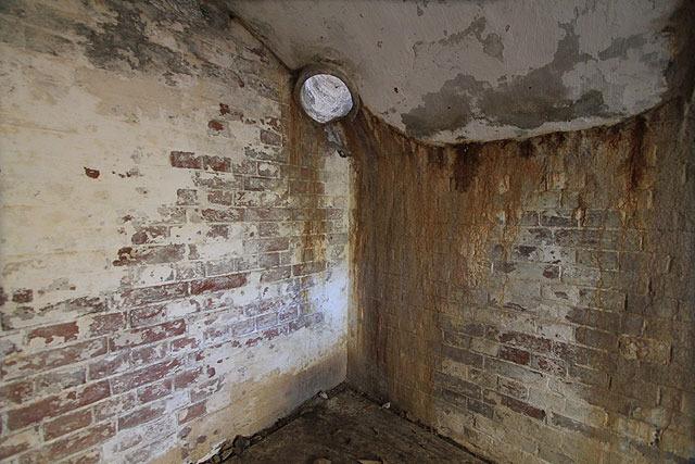 下の部屋(=司令室)へとつながっていた。