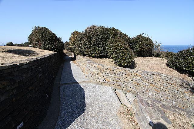 周辺の様子。公園風にアレンジされているが、よく見ると塹壕っぽい。