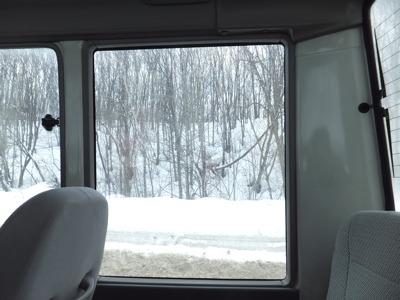 バスはさらに郊外に向かって走る。どんどん雪が深くなる