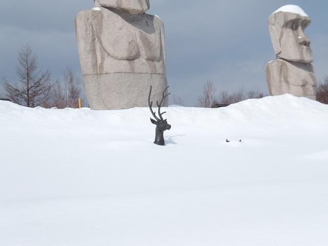 鹿の像が埋まっている