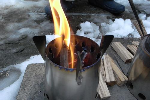 よく見ると上部の穴から炎が上がっているのがわかる。