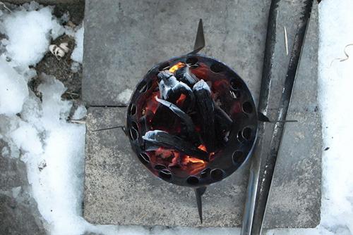 火が消えてもストーブが自然に冷えるのを待とう。