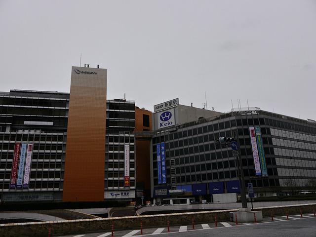 小田急百貨店新宿店(左)、京王百貨店新宿店(右)
