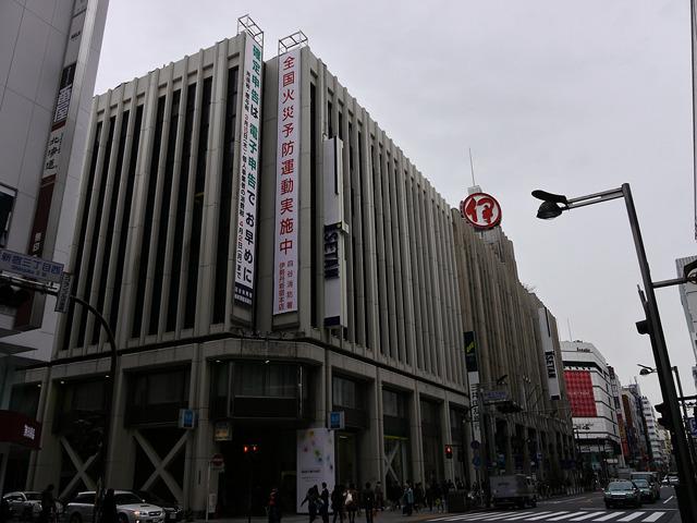 伊勢丹新宿店写真を並べるとデパート同士が対抗している感じが出るかと思ったのですがどうでしょう<br> 「デパート、なるべくおどろおどろしく撮ってくださいよ」というリクエストに答えてくれたのは安藤昌教カメラマンであります