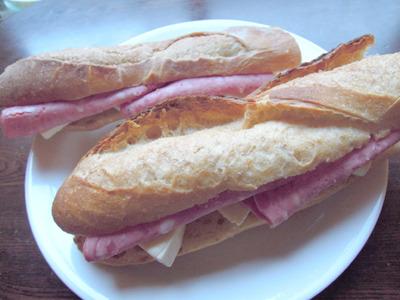 次の日のお昼ご飯も固いパン(なんかおしゃれでうれしい、でも固い!)
