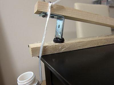 歯(人間の歯を再現しているので「刃」ではなく「歯」だ)の下にグミを置き、ペットボトルに水を足していく。グミが噛み切れた時点で水の重さを量る