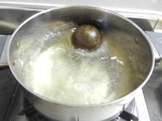 鍋に投入!1リットルのお湯で煮る。
