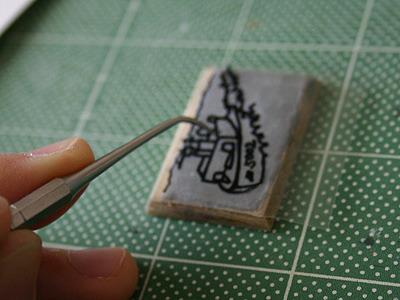 1層目の粘土を敷いたら絵をかぶせ、上からなぞれば絵が下に移って解決。