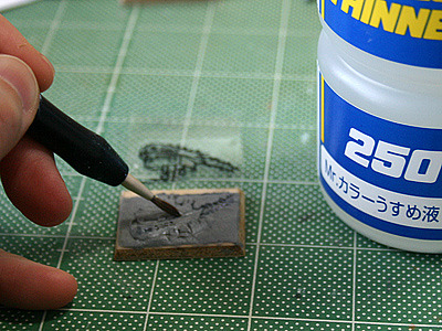 仕上げにうすめ液を塗って、角をやわらかく。