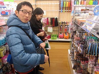 手前が被験者の斎藤さん、奥がメイクの坂田さん。