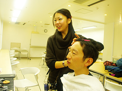 メイクをする坂田さんが笑顔だ。