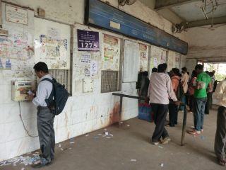 普通の駅の切符売り場。左が回数券検札機。