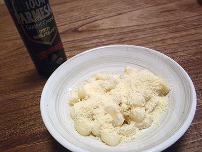 現地では茹でたジャイアントコーンに硬い塩気が強めのチーズを一緒に食べるのが定番ということで、粉チーズをかけてみた。これはいい相性。うまい!