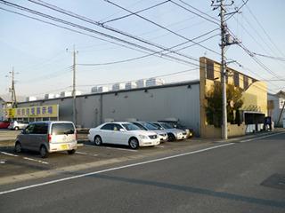 右の黄色い建物が悟天、左に住宅展示場の案内看板とその先に住宅展示場