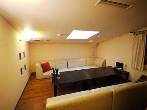 子供部屋に使われるのだろう屋根裏部屋的なスペースも客席に