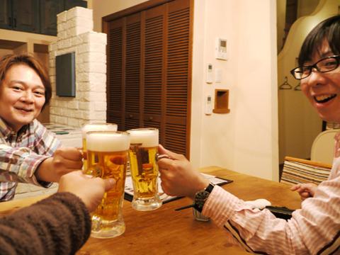 ここで本サイトから林(左)、高崎出身だというテクノ手芸部の吉田氏(右)を迎えて実際に飲むことにした