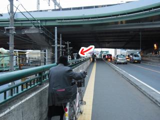 下は在来線、上は新幹線の線路。その間を通る大栄橋を登ると左手に見えるらしい