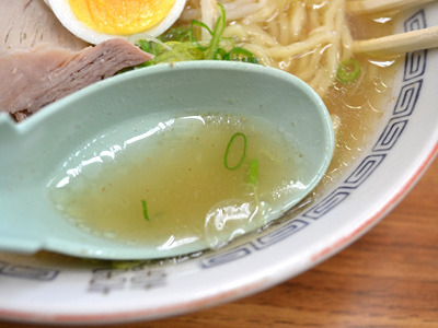 黄金色のスープが美味!